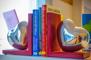Hjertebokstøtter med bøker imellom